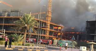 Photo of الكويت: حريق كبير بمجمع تجاري ضخم يهدد بإنهياره