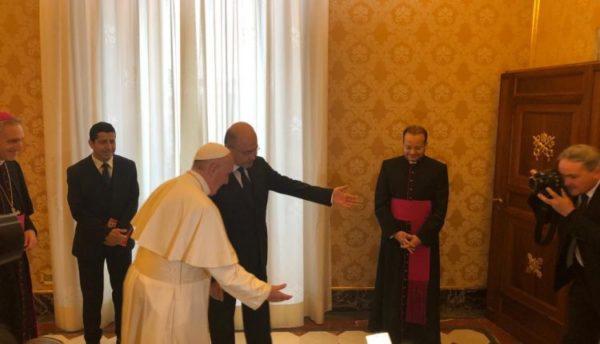 Photo of بالصور.. بابا الفاتيكان يستقبل رئيس الجمهورية العراقية