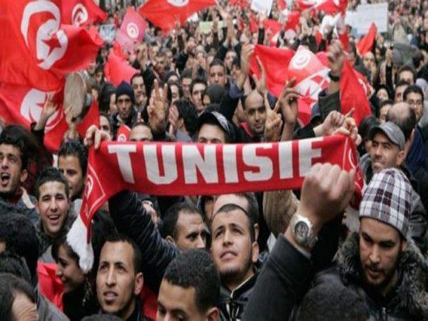 Photo of نشطاء تونسيون يطلقون حملة السترات الحمراء للمطالبة بالتغيير