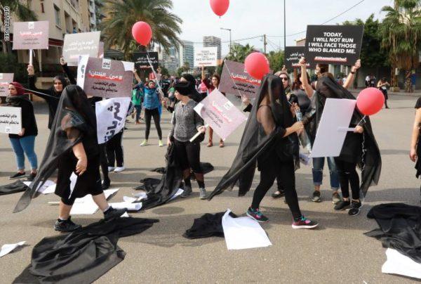 """Photo of امرأة تصرخ بشوارع بيروت """"اغتصبت"""".. ماذا كانت ردود الفعل؟"""