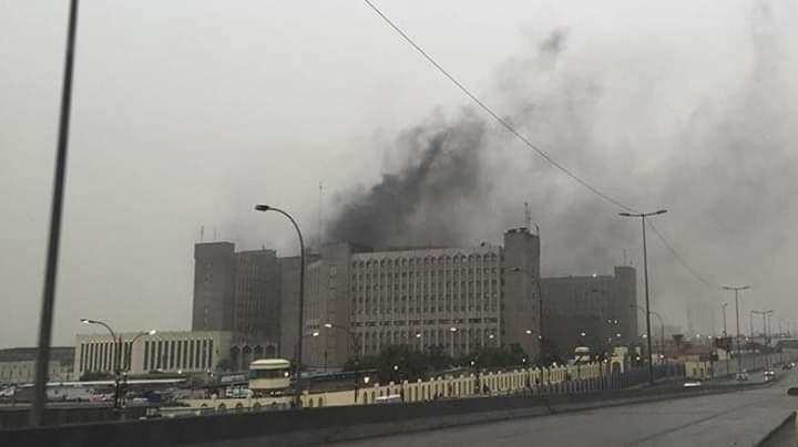 Photo of وزارة النفط : اعمدة الدخان المتصاعدة  ليست حريقا وإنما هي أعمال صيانة في مبنى الوزارة