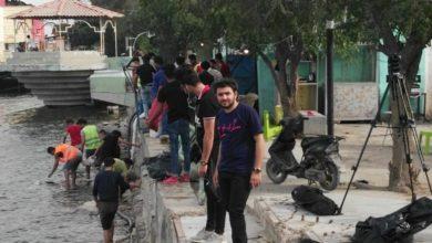 Photo of بالصور.. ناشطين شباب يقومون بتنظيف شط العرب في البصرة