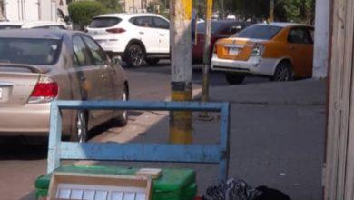 Photo of صحفي عابر يلتقط صورة صادمة لأم وإبنتها نائمتين عند عربة لبيع قنان المياه وسط بغداد