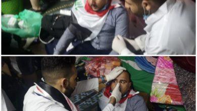 Photo of مسعفون يعالجون مراسلا صحفيا تعرض للإختناق بساحة التحرير