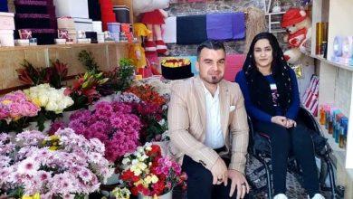 "Photo of فتاة كردية من ""ذوي الاحتياجات الخاصة"" تفتح محلاً لبيع الورود لتأمين تكاليف علاجها"