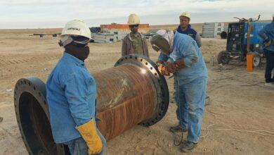 Photo of استمرار العمل في مشروع نصب مضخات الجهة الشرقية لمستودع الطوبة النفطي