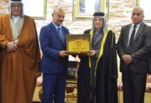 Photo of المياح يكرم الأمير سعد محمد مزهر بدرع الإبداع والتميز