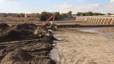 Photo of الموارد المائية : ملاكات الوزارة في محافظة بابل تقوم بأعمال ازالة الترسبات الطينية والادغال المائية من سدة الهندية